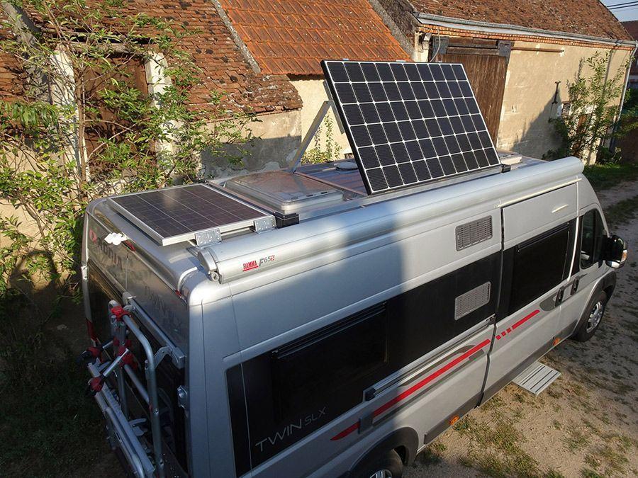 Panneau solaire avec support inclinable sur fourgon